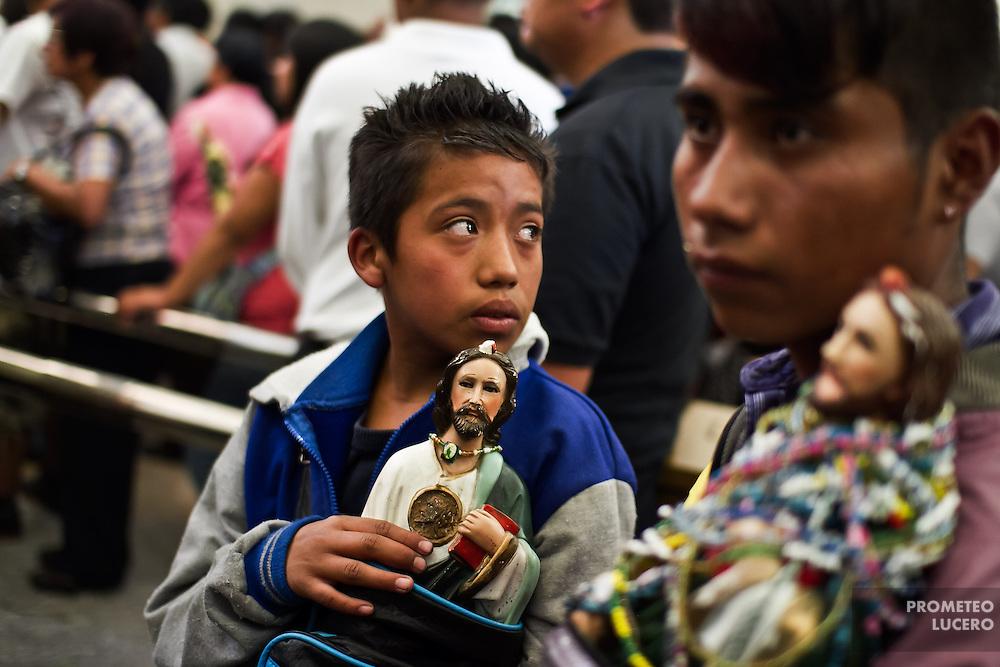 Alejandro y Luis acuden desde el estado de Hidalgo a dar gracias a San Judas a la iglesia de San Hipólito en la Ciudad de México. Luis sobrevivió a un accidente de trabajo y Alejandro pasó de grado escolar. (Prometeo Lucero)