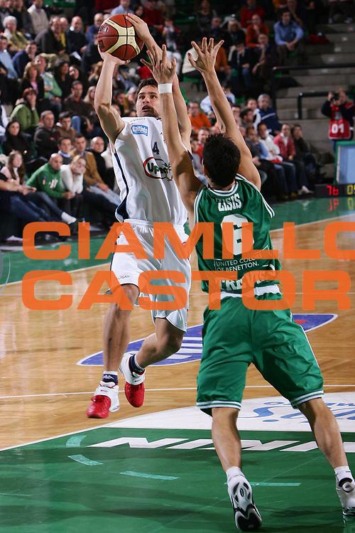 DESCRIZIONE : Treviso Lega A1 2005-06 Benetton Treviso Upea Capo Orlando <br /> GIOCATORE : Levin <br /> SQUADRA : Upea Capo Orlando <br /> EVENTO : Campionato Lega A1 2005-2006 <br /> GARA : Benetton Treviso Upea Capo Orlando <br /> DATA : 03/12/2005 <br /> CATEGORIA : Tiro <br /> SPORT : Pallacanestro <br /> AUTORE : Agenzia Ciamillo-Castoria/S.Silvestri <br /> Galleria : Lega Basket A1 2005-2006 <br /> Fotonotizia : Treviso Campionato Italiano Lega A1 2005-2006 Benetton Treviso Upea Capo Orlando <br /> Predefinita :