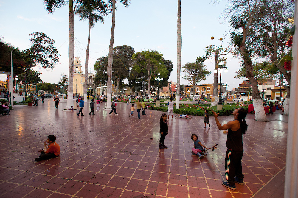 Barranco. Sunday afternoon at Parque Municipal, Barranco's main square. Children watch a juggler.