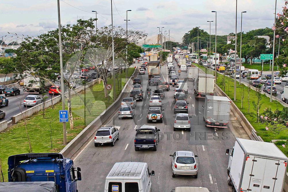 SÃO PAULO, 12 DE ABRIL 2013 - TRANSITO SP - Condições do trânsito  na Marginal Tietê é  carregado sentido rodovia Ayrton Sena,  nesta sexta-feira(12), altura da ponte da Casa Verde -  Foto: Lola Oliveira/Brazil Photo Press