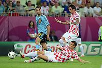 FUSSBALL  EUROPAMEISTERSCHAFT 2012   VORRUNDE Kroatien - Spanien                 18.06.2012 Alvaro Arbeloa (li, Spanien) gegen Ivan Perisic (am Boden) gegen Mario Mandzukic (re, Kroatien)