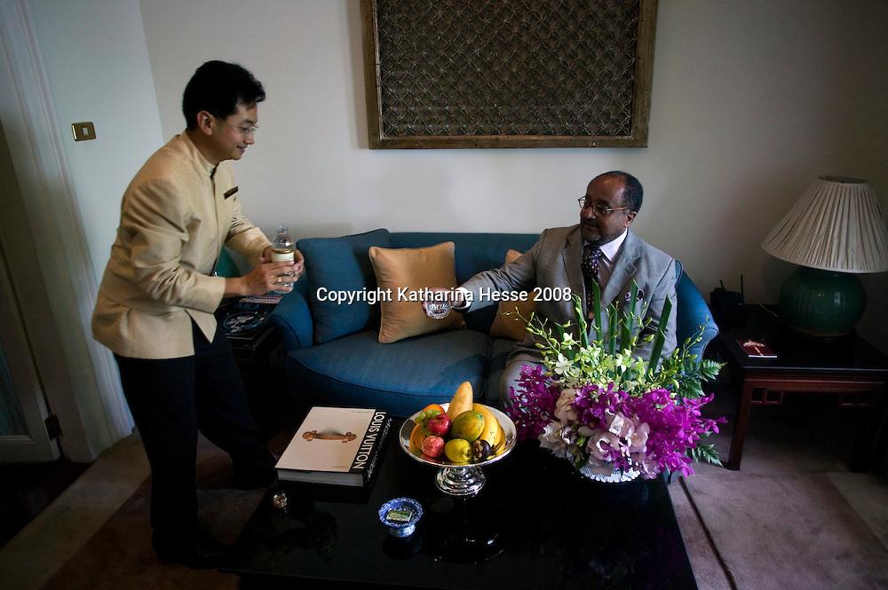 """Bangkok, JUNE-15 : Prinz Asfa-Wossen Asserate in seiner """" Joseph Conrad"""" Suite mit Butler im Mandarin Oriental Hotel.<br /> Prinz Asfa- Wossen Asserate ist nach Asien gereist, um eine Fahrt im legendaeren Orient Express zu erleben u darueber zu schreiben ."""