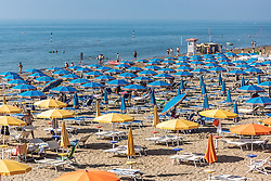 THEMENBILD - Sonnenschirme und Liegen am Sandstrand. Lignano ist ein beliebter Badeort an der italienischen Adria-Küste, aufgenommen am 16. Juni 2019, Lignano Sabbiadoro, Italien // sunshades and sunbeds on the sandy beach. Lignano is a popular seaside resort on the Italian Adriatic coast on 2019/06/16, Lignano Sabbiadoro, Italy. EXPA Pictures © 2019, PhotoCredit: EXPA/ Stefanie Oberhauser
