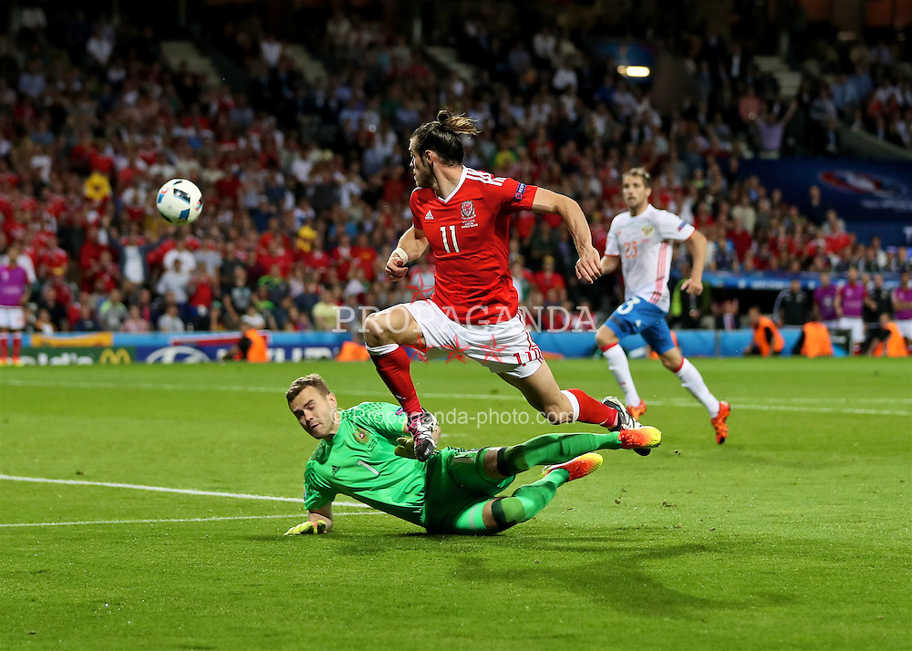 TOULOUSE, FRANCE - Monday, June 20, 2016: Wales' Gareth Bale and Russia's goalkeeper Igor Akinfeev during the final Group B UEFA Euro 2016 Championship match at Stadium de Toulouse. (Pic by David Rawcliffe/Propaganda)