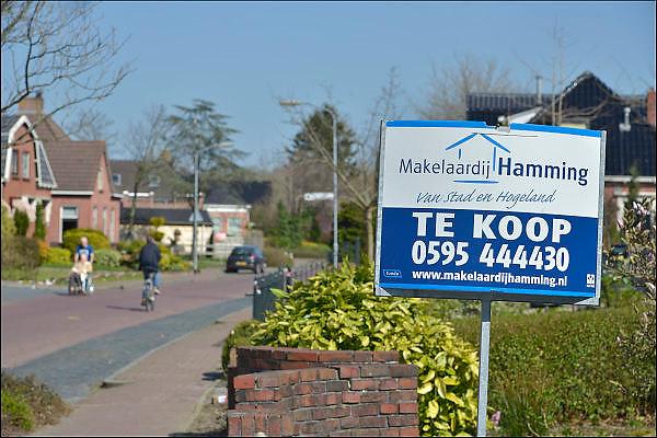 Nederland, Loppersum, 15-4-2015 Beelden uit het gebied in de provincie Groningen die ernstig te lijden heeft onder de gevolgen van de gaswinning door de NAM. 43 Huizen met aardbevingsschade zullen gesloopt moeten worden. De gaswinning in de nabijheid van dit dorp moet gestopt worden. Er zijn enkele winlocaties vlakbij zoals bij 't Zandt en Zeerijp. Woning te koop aangeboden in Loppersum.Foto: Flip Franssen/ Hollandse Hoogte