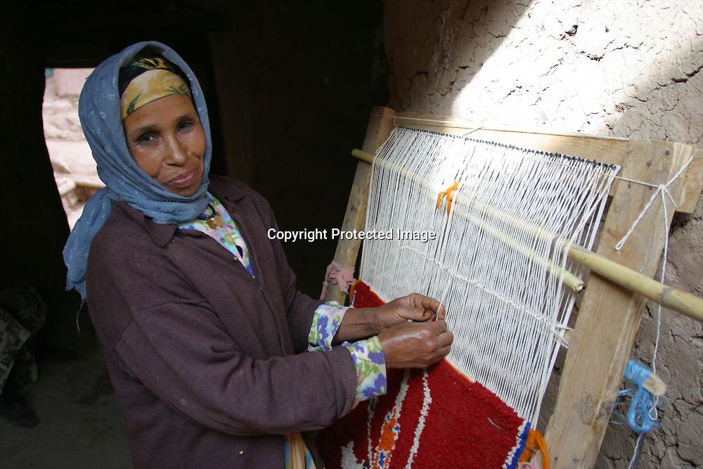 moroccan women weaving a carpet