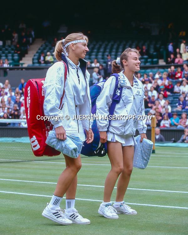 Steffi Graf (GER) und Martina Hingis (SUI) betreten den Centre Court, Begruessung der Royal Box, Knicks,<br /> <br /> Tennis - Wimbledon 1996 - Grand Slam ITF / ATP / WTA -  AELTC - London -  - Great Britain