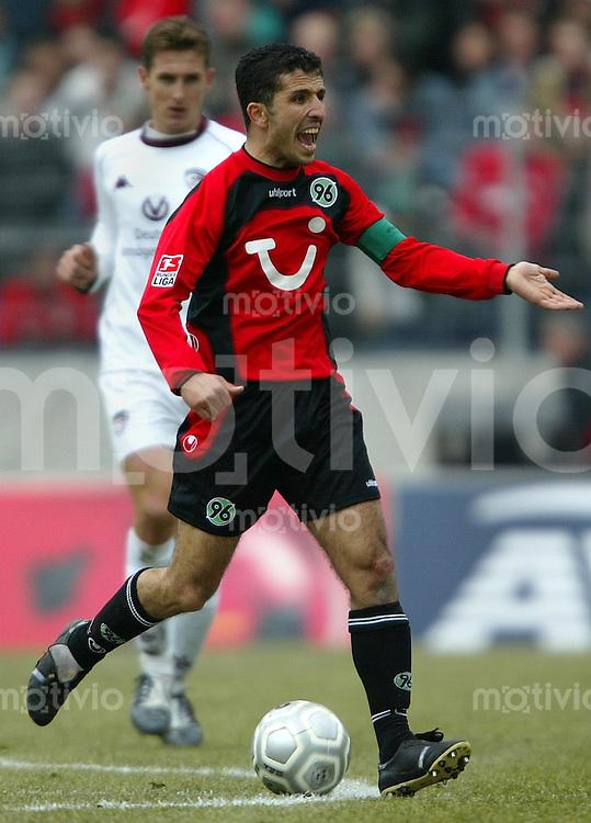 1. Fussball Bundesliga 2003/2004 Hannover 96 - 1. FC Kaiserslautern (0:1) Kapitaen Altin Lala (Hannover) treibt lautstark seine Mannen an. Im Hintergrund Miroslav Klose (FCK).