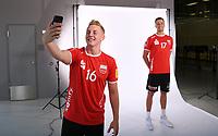 Volleyball 1. Bundesliga  Saison 2018/2019  Media Day Fotoshooting  TV Rottenburg  07.09.2018 Johannes Elsaesser (li) fotografiert Jannis Hopt (re) mit dem Smartphone