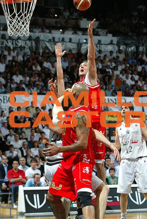 DESCRIZIONE : Bologna Lega A1 2006-07 Playoff Semifinale Gara 2 VidiVici Virtus Bologna Armani Jeans Milano <br />GIOCATORE : Sven Schultze<br />SQUADRA : Armani Jeans Milano<br />EVENTO : Campionato Lega A1 2006-2007 Playoff Semifinale Gara 2 <br />GARA : VidiVici Virtus Bologna Armani Jeans Milano <br />DATA : 03/06/2007 <br />CATEGORIA : tiro<br />SPORT : Pallacanestro <br />AUTORE : Agenzia Ciamillo-Castoria/G.Livaldi<br />Galleria : Lega Basket A1 2006-2007 <br />Fotonotizia : Bologna Campionato Italiano Lega A1 2006-2007 Playoff Semifinale Gara 2 VidiVici Virtus Bologna Armani Jeans Milano <br />Predefinita :