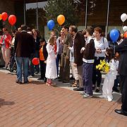 NLD/Huizen/20050601 - Koninging Beatrix verricht de officiële opening nieuwe schoolgebouw Visio Huizen, kinderen