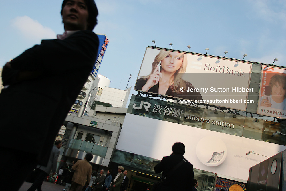 CAMERON DIAZ IN BILLBOARD ADVERT, TOKYO, JAPAN. American actress and celebrity Cameron Diaz adorns a billboard advertising 'Softbank' mobile telephones, in Shibuya district,  Tokyo, Japan, Friday, Oct. 27, 2006.