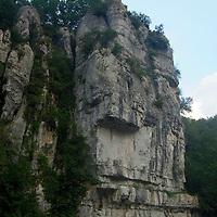 EN> The cliffs by the Labeaume river near the town of the same name |<br /> SP> Los riscos de Labeaume cerca del pueblo del mismo nombre
