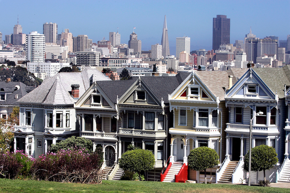 US-SAN FRANCISCO: Old Victorian houses on Alamo Square with the modern city in the background. PHOTO: GERRIT DE HEUS
