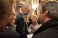 10 DEC 2003, BERLIN/GERMANY:<br /> Henning Scherf, SPD, 1. Buegermeister Bremen, im Gespraech mit Journalisten, waehrend einer Unterbrechung der Sitzung des Vermittlungsausschusses, Bundesrat<br /> IMAGE: 20031210-01-056<br /> KEYWORDS: Journalist,