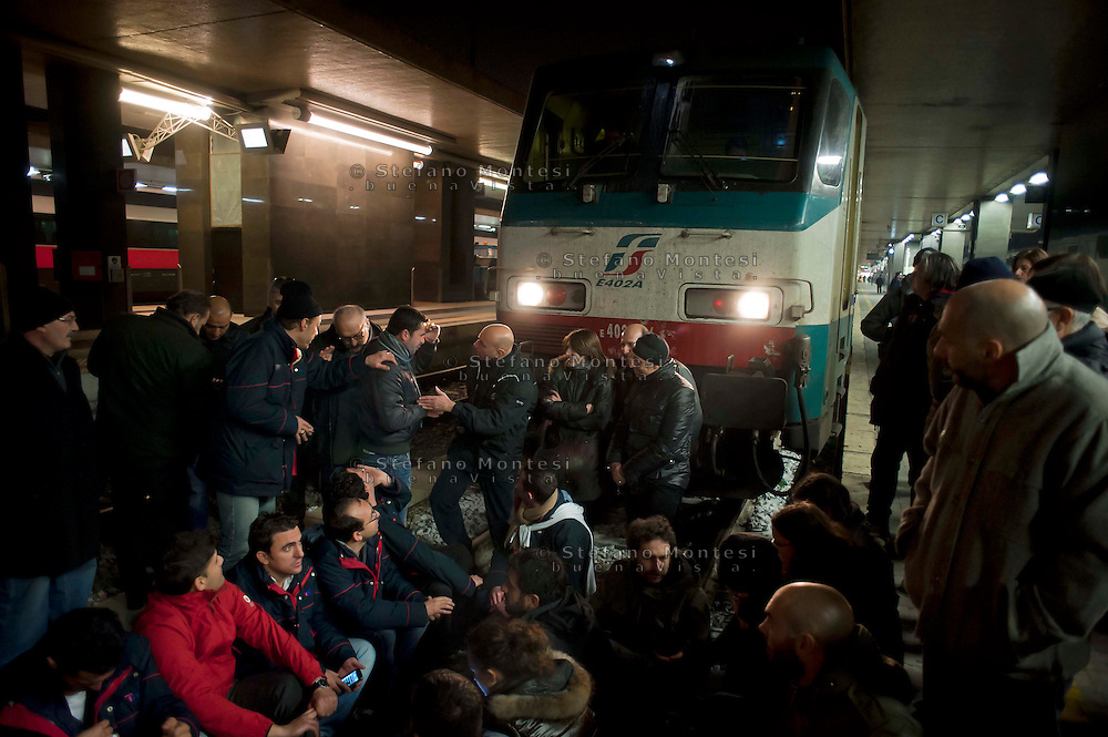 Roma 8 Dicembre 2011.I lavoratori della Wagon-Lits protestano contro i licenziamenti, occupano il binari della stazione Termini e bloccano la partenza di un treno notturo.