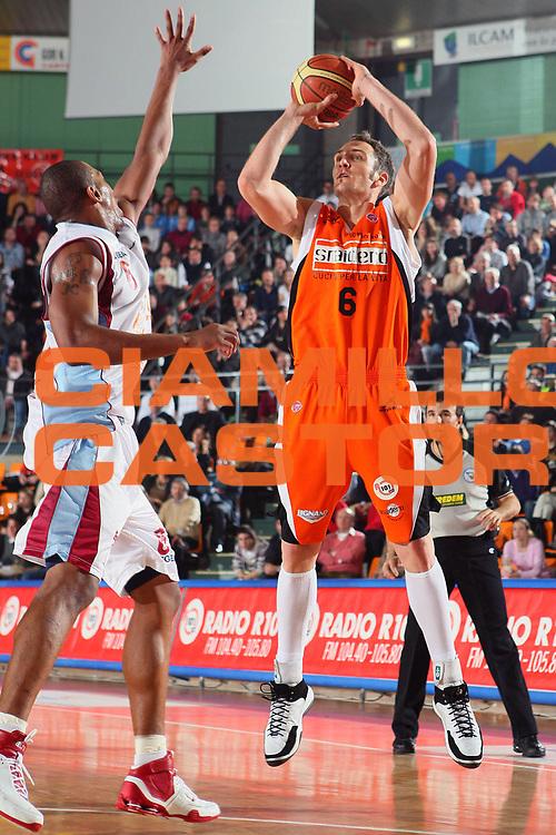 DESCRIZIONE : Udine Lega A1 2007-08 Snaidero Udine Solsonica Rieti <br /> GIOCATORE : Sven Schultze <br /> SQUADRA : Snaidero Udine <br /> EVENTO : Campionato Lega A1 2007-2008 <br /> GARA : Snaidero Udine Solsonica Rieti <br /> DATA : 02/03/2008 <br /> CATEGORIA : Tiro <br /> SPORT : Pallacanestro <br /> AUTORE : Agenzia Ciamillo-Castoria/S.Silvestri