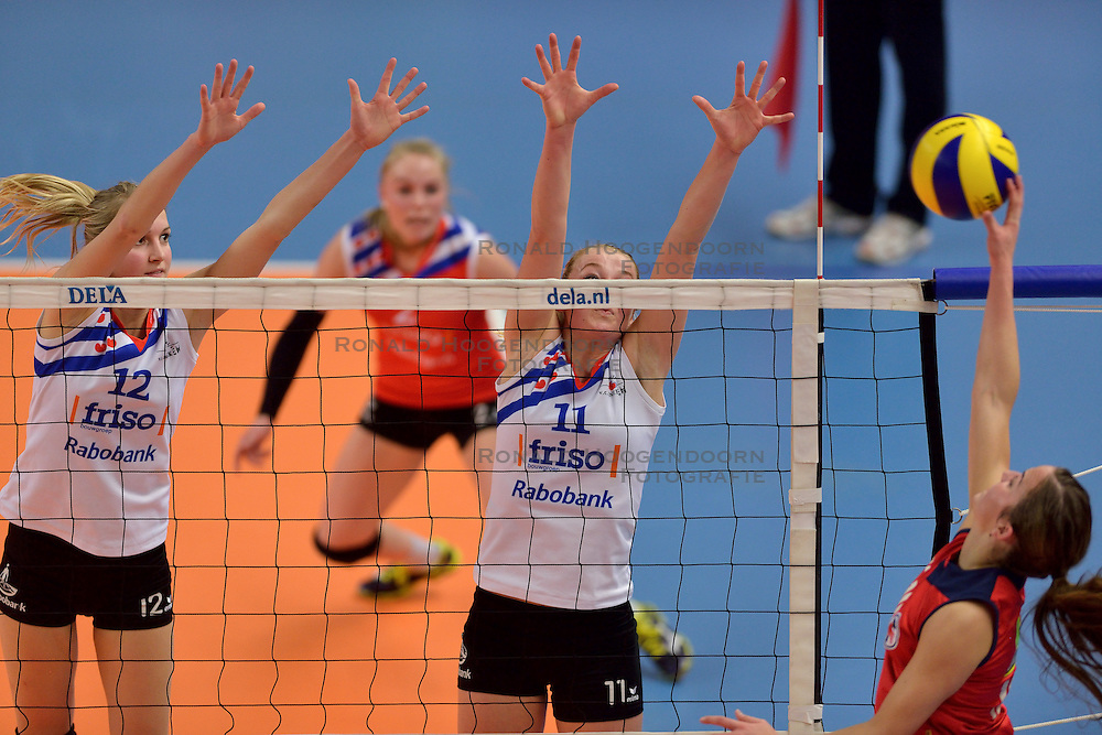 21-02-2015 NED: VC Sneek - Oskam Taurus, Zwolle<br /> Halve finale beker / Monique Volkers #12, Roos van Wijnen #11