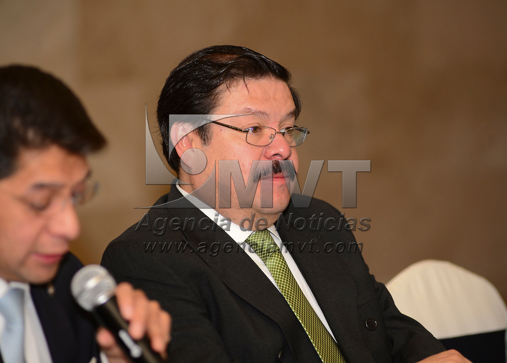 Metepec, México.- Marco Antonio González Castillo, presidente de CANACO-SERVITUR, en el Valle de Toluca, aseguro que la empresa Ámbito Empresarial S. A. De C. V. Cumple con todos los requisitos para su operación, ya que cuenta con el Certificado de Empresario Mexiquense, esto durante la sesión de la Cámara Nacional de Comercio. Agencia MVT / Crisanta Espinosa