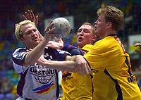 Håndball: 25.04.2001 Frankfurt, Deutschland,<br />1.Handball Bundesliga, SG Wallau-Massenheim - SG Solingen, Wallaus Christian Rose, gegen Solingens Dimitri Torgowanw und Stig Rasch. <br /><br />Foto: Digitalsport