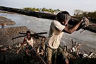 Her arbejder nogle af mændene på at genopbygge dæmningen, med træstammer og bambus fra den gamle ødelagte dæmning. Gabruia blev ramt af cyklonen Aila den 25. maj 2009. Hundredtusinder af mennesker blev oversvømmet og mere end 300 mennesker døde den dag. Der bor cirka 30.000 mennesker i Gabruia som stadig ikke har noget rent drikkevand. De gamle vandpumper arbejder stadig, men vandet er blandet med havvand. Hver dag bliver landsbyen oversvømmet af tidevandet, da dæmninger rundt i området brød sammen af de store vandmængder fra cyklonen. FN eksperter fastslår at klimaforandringer vil ramme Bangladesh meget voldsomt, da landet ligger så lavt over havets overflade og vil miste mindst 8 procent af landet på grund af havvands stigninger i år 2050. Derudover er Himalayas gletchere ved at smelte og allerede om 30 år, vil der være store problemer med at få nok ferskvand, til de 150 mio. mennesker der i dag lever i Bangladesh. Editorial released.