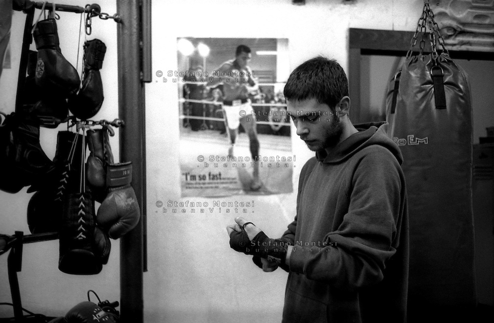 Roma 2006.Il pugile Claudio Mariotti ( Boxe Roma San Lorenzo) si prepara per l'allenamento alla Palestra popolare San Lorenzo