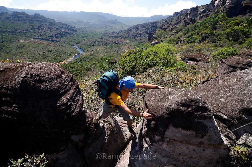 """AUYANTEPUY, VENEZUELA. Excursionista durante travesía del tepuy. El Auyantepuy es el mayor de los tepuis del Parque Nacional Canaima. En sus 700 kms2 alberga el salto angel o conocido por lengua indígena Pemon como """"Kerepacupai Vena; es la caída de agua más grande del mundo con sus 979 metros de altura. (Ramon lepage /Orinoquiaphoto/LatinContent/Getty Images)"""