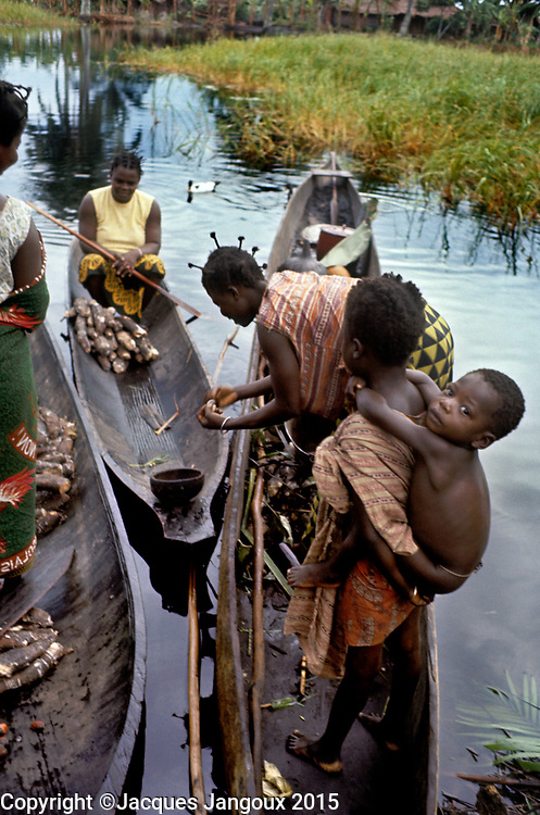 Africa, Libinza tribe, Ngiri River islands, Democratic Republic of the Congo. Market day: women from mainland tribe (probably Bodjaba) selling manioc to Libinza islanders.