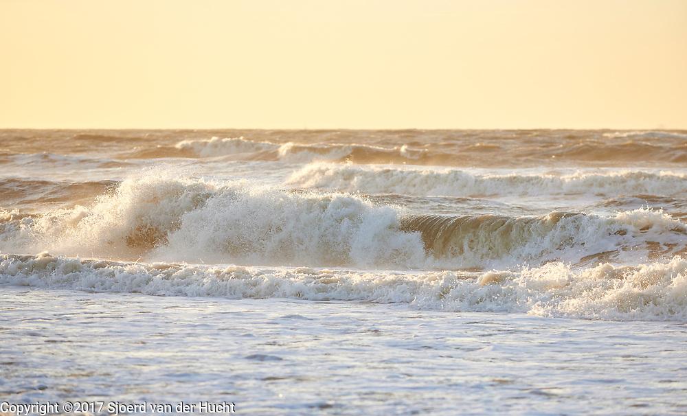 Wilde zee met golven aan de kust van Den Haag - Wild sea with waves at the coast of The Hague, Netherlands