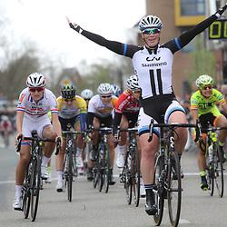 DELFZIJL wielrennen, De eerste etappe van de Energiewachttour 2014 werd verreden rond Delfzijl. etappe winst voor Kirsten Wild