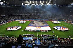 """12.05.2010, Hamburg Arena, Hamburg, GER, UEFA Europa League Finale, Atletico Madrid vs Fulham FC im Bild Feature ein Banner mit Aufschrift """"Hamburg 2010"""" und den teilnehmenden Mannschaften an der Europa League wird ausgebreitet mit den Zeichen der  beiden Mannschaften des Finales.EXPA Pictures © 2010, PhotoCredit: EXPA/ nph/  Witke / SPORTIDA PHOTO AGENCY"""