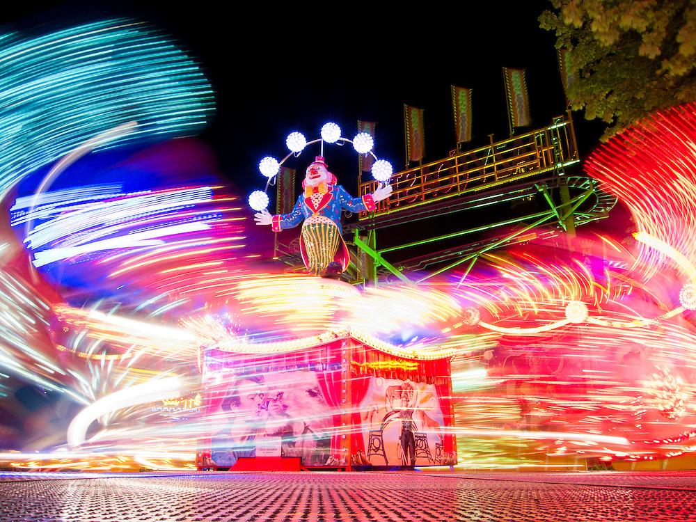 Nederland, Den Bosch, 20100823..Kermis in Den Bosch. .Attractie de Magic, van exploitant Kraak. .Door de lange sluitertijd hebben de karretjes prachtige lichstrepen en vlekken getrokken in het beeld. Dynamiek en lichtspel. Snelheid...Netherlands, Den Bosch, 20100823. ?Fair in Den Bosch.?the Attraction Magic by operator Kraak. Because of the slow shutter speed, the carts draw beautiful stripes and spots. Dynamics and light show. Speed. ?    .Gerlo Beernink/Hollandse Hoogte