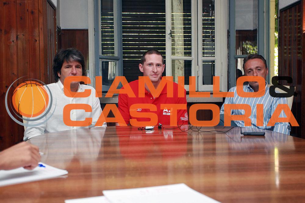 DESCRIZIONE : Milano Lega A1 2008-09 Jobey Thomas alla Armani Jeans Milano <br /> GIOCATORE : Lucio Zanca Jobey Thomas Piero Bucchi <br /> SQUADRA : Armani Jeans Milano <br /> EVENTO : Campionato Lega A1 2008-2009 <br /> GARA : <br /> DATA : 24/07/2008 <br /> CATEGORIA : <br /> SPORT : Pallacanestro <br /> AUTORE : Agenzia Ciamillo-Castoria/S.Ceretti <br /> Galleria : Lega Basket A1 2008-2009 <br /> Fotonotizia : Milano Campionato Italiano Lega A1 2008-2009  Jobey Thomas alla Armani Jeans Milano <br /> Predefinita :