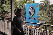 A nouveau la reine Sirikit souriante vue depuis le skyway près du centre de police du quartier de Siam.