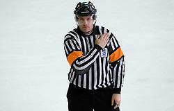 Zaustavljanje s telesom v zenskem hokeju. Women body checking. Slovenski hokejski sodnik Damir Rakovic predstavlja sodniske znake. Na Bledu, 15. marec 2009. (Photo by Vid Ponikvar / Sportida)