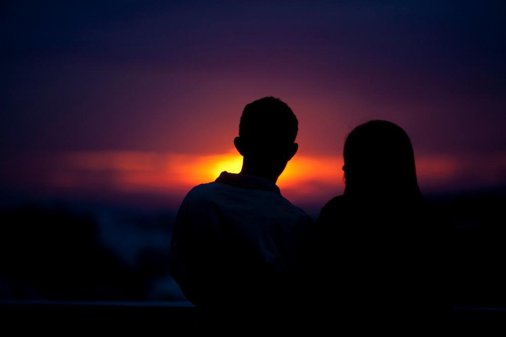 Belo Horizonte_MG, Brasil...Casal olhando para o por-do-sol em Belo Horizonte...A couple looking for sunset in Belo Horizonte...Foto: LEO DRUMOND / NITRO.