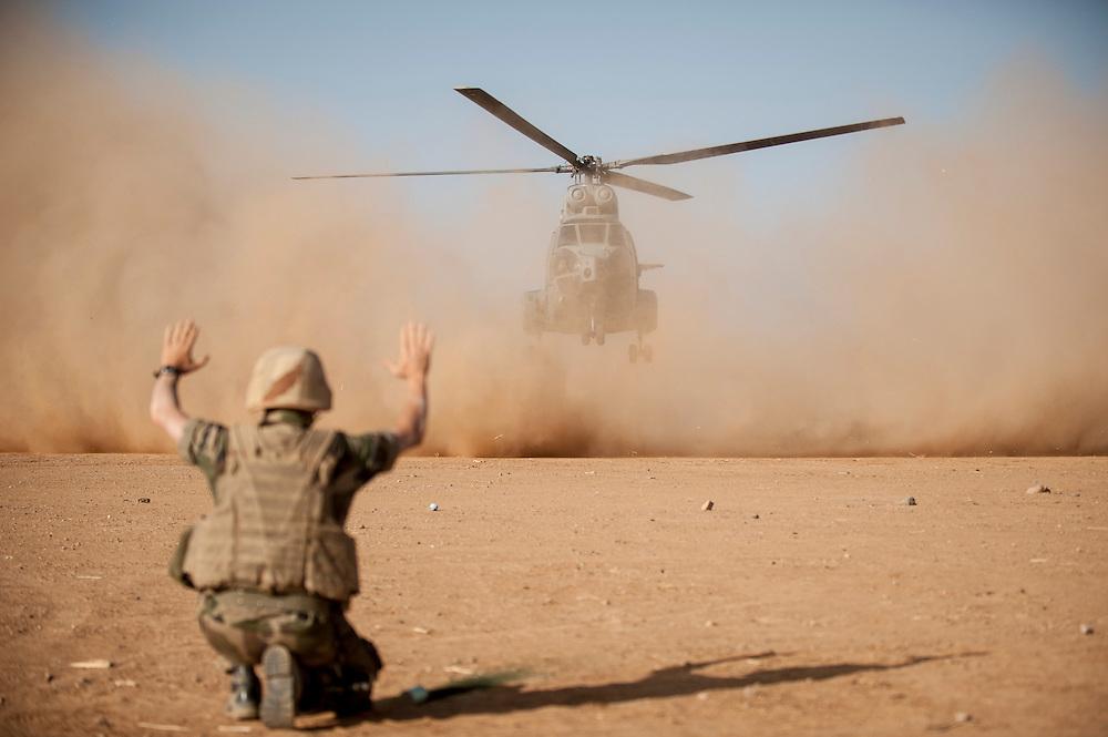 05/03/2013. Tessalit. Mali. Vallée d'Ametatai. Aterrissage d'un hélicoptère Puma sur la base du GTIA 3. ©Sylvain Cherkaoui/ Cosmos pour Le Monde.
