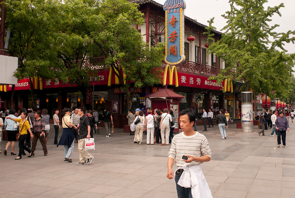 Nankin, Chine. Centre ville. Les cha&icirc;nes de fast-food am&eacute;ricaines se sont install&eacute;es en Chine. Ici la marque McDonald's.<br /> <br /> Nanjing, China. City center. American fast-food chains are in China too. Here a McDonald's.
