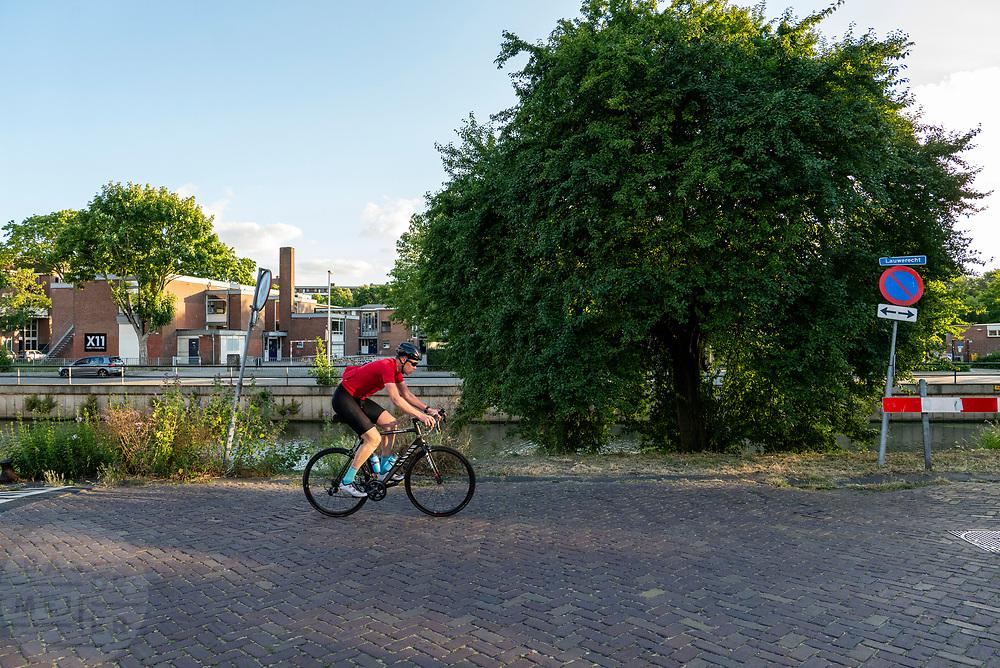 Een racefietser rijdt door de binnenstad van Utrecht.<br /> <br /> A road cyclist rides in Utrecht.