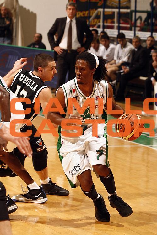 DESCRIZIONE : Siena Lega A 2008-09 Montepaschi Siena Eldo Caserta<br /> GIOCATORE : Morris Finley<br /> SQUADRA : Montepaschi Siena<br /> EVENTO : Campionato Lega A 2008-2009 <br /> GARA : Montepaschi Siena Eldo Caserta<br /> DATA : 19/04/2009<br /> CATEGORIA : palleggio<br /> SPORT : Pallacanestro <br /> AUTORE : Agenzia Ciamillo-Castoria/P.Lazzeroni