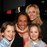 NLD/Hilversum/20070309 - 9e Live uitzending SBS Sterrendansen op het IJs 2007, Patty Brard, Natasja Froger - Kunst en kinderen Dideir en Maxim