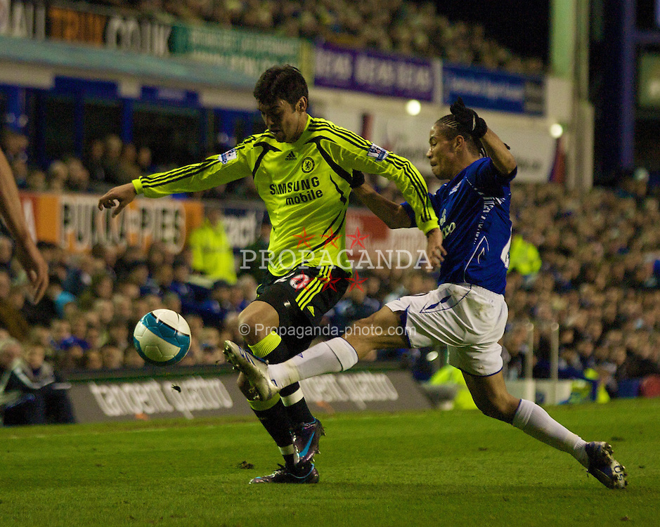LIVERPOOL, ENGLAND - Thursday, April 17, 2008: Everton's Steven Pienaar and Chelsea's Paulo Ferreira during the Premiership match at Goodison Park. (Photo by David Rawcliffe/Propaganda)