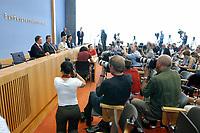 26 JUL 2003, BERLIN/GERMANY:<br /> Hans Eichel (L), SPD, Bundesfinanzminister, Gerhard Schroeder (2.v.L.), SPD, Bundeskanzler, Fotografen und Kameraleute, waehrend der Pressekonferenz ueber die Umsetzung der Agenda 2010 und  dem Vorziehen der Steuerreform, Bundespressekonferenz<br /> IMAGE: 20030716-02-047<br /> KEYWORDS: Gerhard Schröder, Journalist, Journalisten, Kamera, Camera, Fotograf, Übersicht, Uebersicht