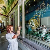 Nederland, Amsterdam, 30 augustus 2016.<br /> PLAATSING EERSTE SPIEGELSBEURSPASSAGE.<br /> Vandaag zijn de eerste spiegels geplaatst van het kunstwerk Amsterdam Oersoep in de Beurspassage in Amsterdam. De spiegels, op traditionele manier vervaardigd door Van Tetterode Glasstudio, zijn een belangrijk onderdeel van het gesamtkunstwerk van Arno Coenen, Iris Roskam en Hans van Bentem.<br /> Op de foto: kunstenares Iris Roskam maakt een foto van 1 van de spiegels.<br /> <br /> <br /> Foto: Jean-Pierre Jans