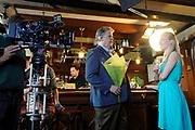 Setbezoek van het  tweede seizoen Dokter Tinus waar de opnamen in Woudrichem plaats vinden.<br /> <br /> Op de foto: scene met Jack Wouterse en Jennifer Hoffman