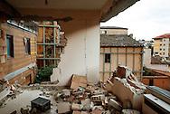 L'Aquila, Italia - 31 marzo  2013. Palazzi distrutti dal terremoto del 6 aprile 2009 nel centro del capoluogo abruzzese. Sono centinaia e centinaia gli edifici sventrati dal sisma. L'Aquila appare come una città immobile con le ferite ancora aperte..Ph. Roberto Salomone Ag. Controluce
