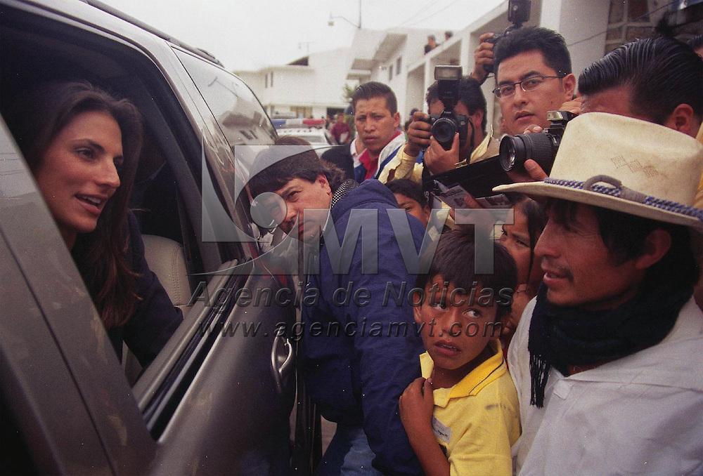 Ixtapan de la Sal M&eacute;x.- Maude Versini, esposa del gobernador del Estado de M&eacute;xico Arturo Montiel Rojas, atendiendo a los lideres indigenas durante la lectura del tercer informe de Gobierno en la regi&oacute;n  XI en el municipio de Ixtapan de la Sal. Agencia MVT / Jeu Marure. (FILM)<br /> <br /> NO ARCHIVAR - NO ARCHIVE