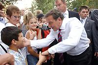 13 AUG 2003, BERLIN/GERMANY:<br /> Gerhard Schroeder, SPD, Bundeskanzler, schuettelt viele Haende, waehrend dem Besuch der Stadt Grimma, ein Jahr nach der Hochwasserkatastrophe<br /> IMAGE: 20030813-03-011<br /> KEYWORDS: Gerhard Schröder, Bad in den Menge, Junge, Kind