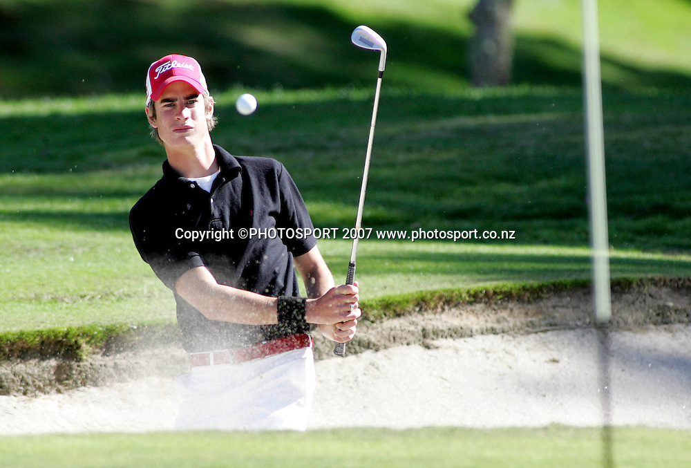 Hastings Golf Club's Nick Gillespie plays out of a bunker during the final day of the New Zealand Strokeplay Championships at Hamilton Golf Club, Hamilton, New Zealand on Thursday 19 April 2007. Photo: Hagen Hopkins/PHOTOSPORT<br />