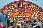 Nederland, The Netherlands, 16-7-2016Recreatie, ontspanning, cultuur, dans, theater en muziek in de binnenstad. Onlosmakelijk met de vierdaagse, 4daagse, zijn in Nijmegen de vierdaagse feesten, de zomerfeesten. Festival op het eiland, lent, veurlent,lentereiland,rivierpark  .  Talrijke podia staat een keur aan artiesten, voor elk wat wils. Een week lang elke avond komen ruim honderdduizend bezoekers naar de stad. De politie heeft inmiddels grote ervaring met het spreiden van de mensen, het zgn. crowd control. De vierdaagsefeesten zijn het grootste evenement van Nederland en verbonden met de wandelvierdaagse.Foto: Flip Franssen